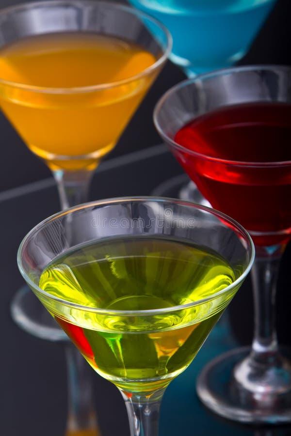 Cocktail coloridos de martini nos vidros fotos de stock