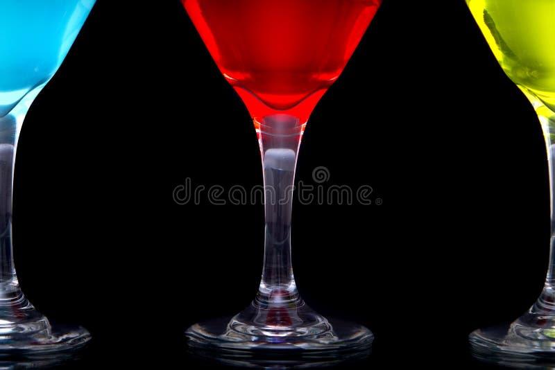 Cocktail coloridos de martini nos vidros foto de stock royalty free