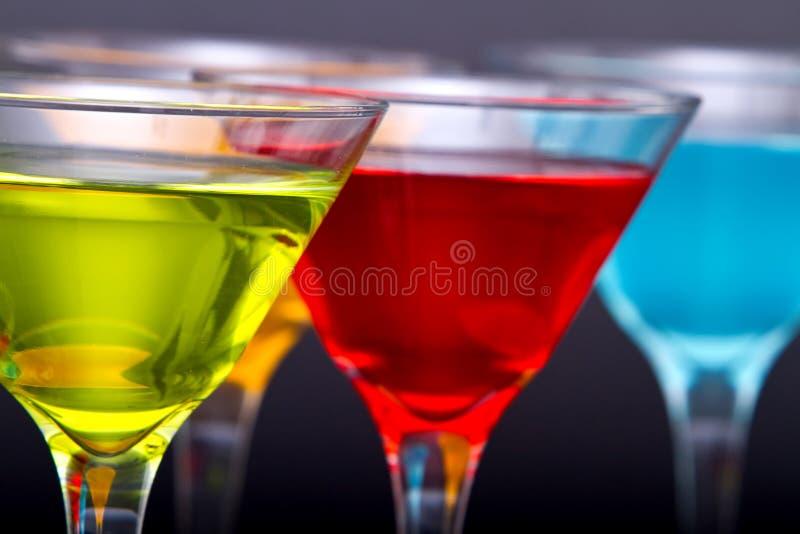 Cocktail coloridos de martini nos vidros foto de stock