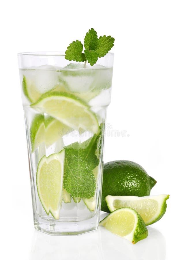 Cocktail com cal e hortelã foto de stock royalty free