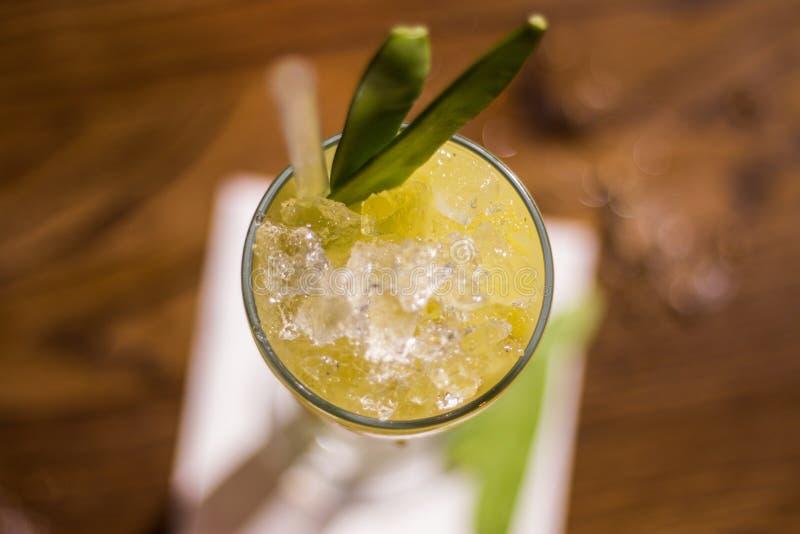 Cocktail com ervilhas verdes e gelo esmagado, vista superior imagens de stock royalty free