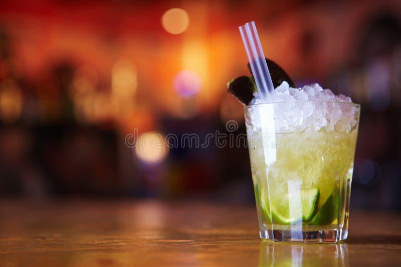 Cocktail com gelo fotografia de stock royalty free