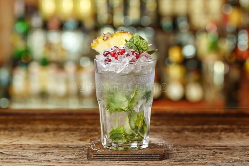 Cocktail com hortelã e gelo foto de stock