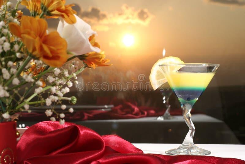 Cocktail com limão imagens de stock