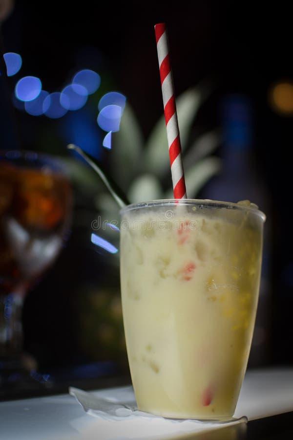 Cocktail com muito gelo em um partido foto de stock