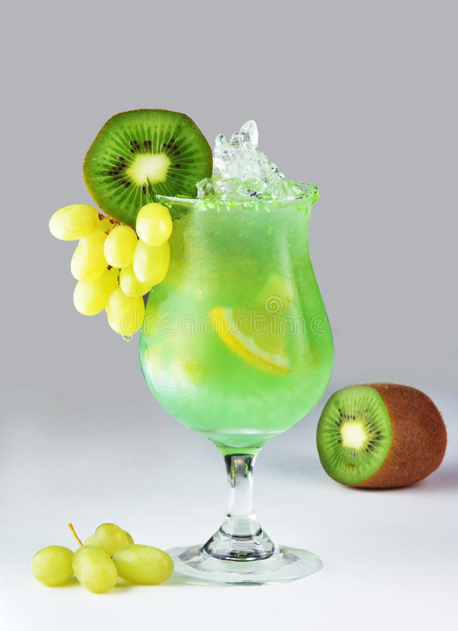 Cocktail com quivi fotografia de stock