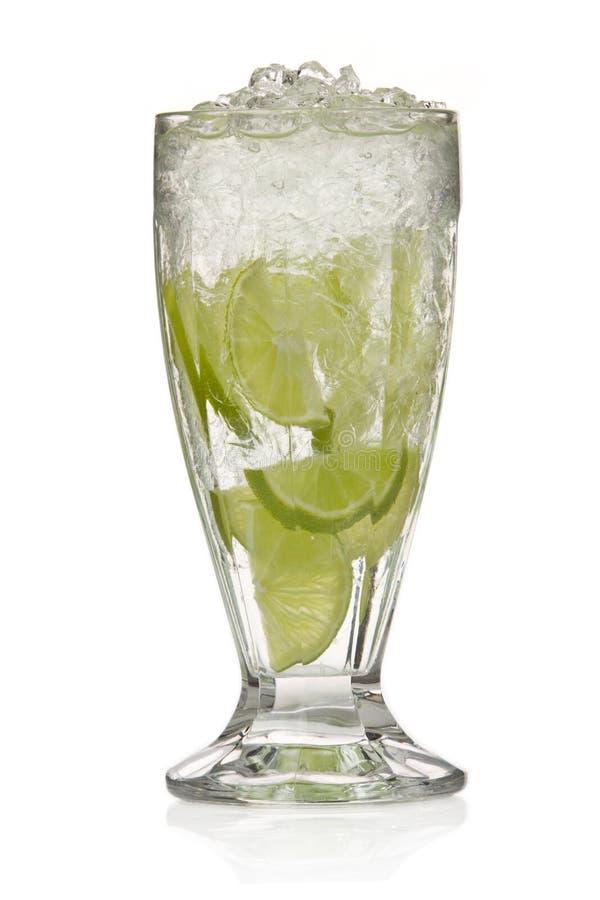 Cocktail con calce e ghiaccio fotografie stock libere da diritti