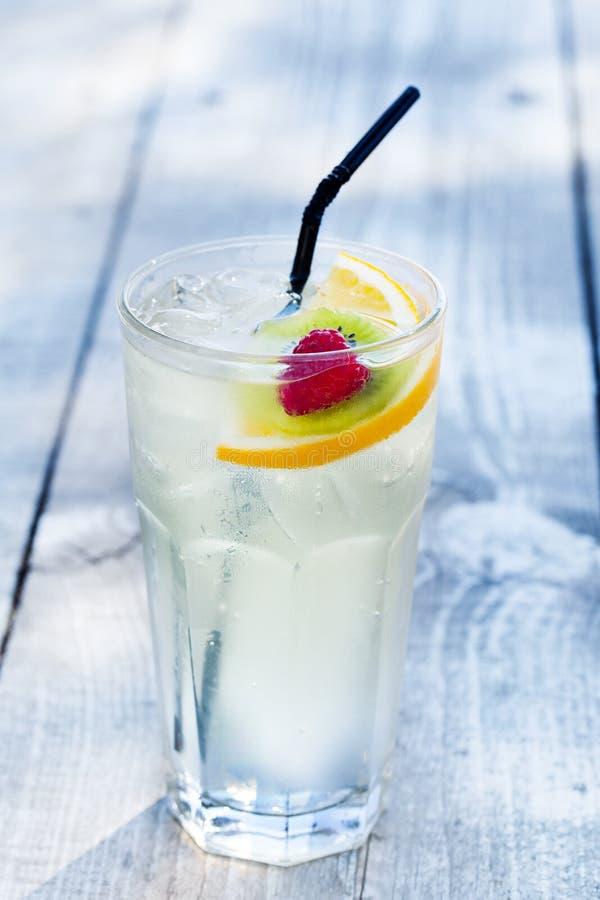 Cocktail con il kiwi e le fragole del limone fotografie stock