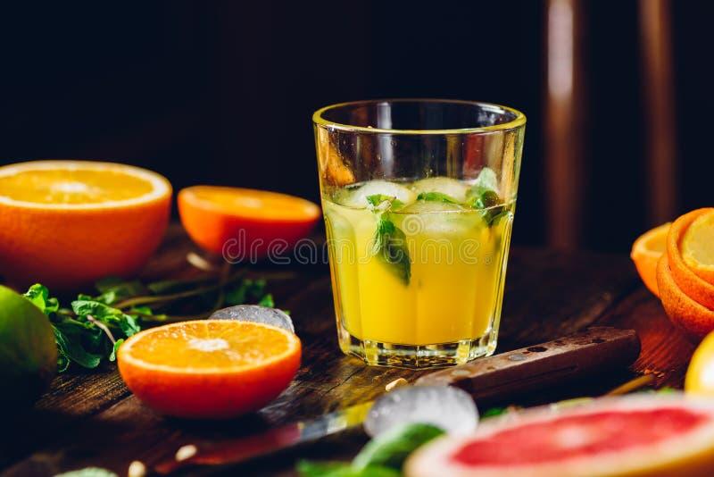 Cocktail con il succo di agrumi fotografia stock libera da diritti