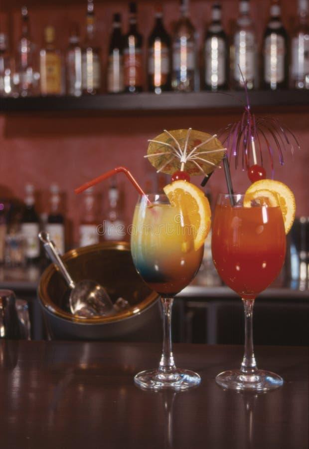 Cocktail con le bottiglie fotografia stock