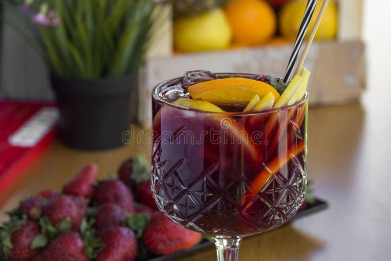 Cocktail con vodka, le fragole ed il limone in vetro fotografie stock libere da diritti