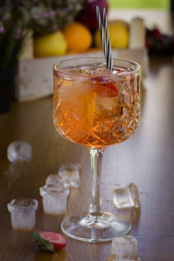 Cocktail con vodka, le fragole ed il limone in vetro sulla barra fotografia stock libera da diritti