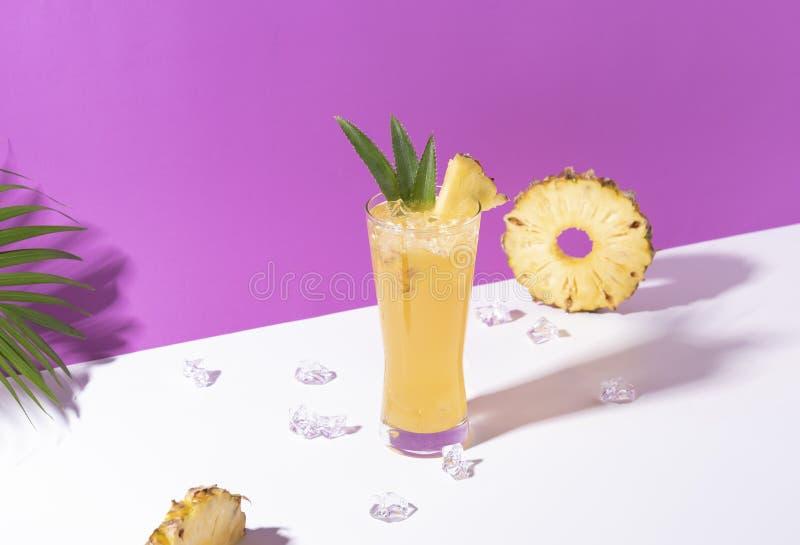 Cocktail congelado do perfurador do abacaxi no vidro no fundo da cor Bebida do ver?o fotos de stock