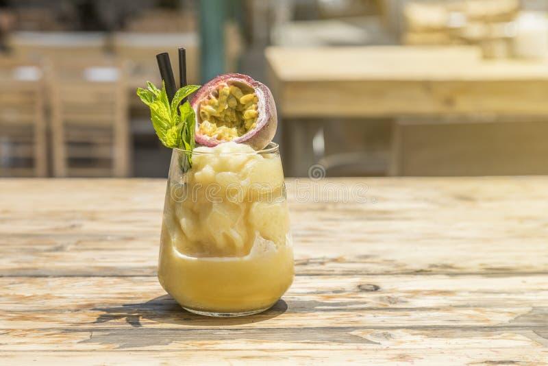 Cocktail congelado do verão com fruto de paixão imagem de stock