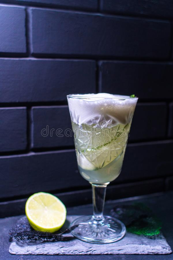Cocktail contra a parede de tijolo preta foto de stock