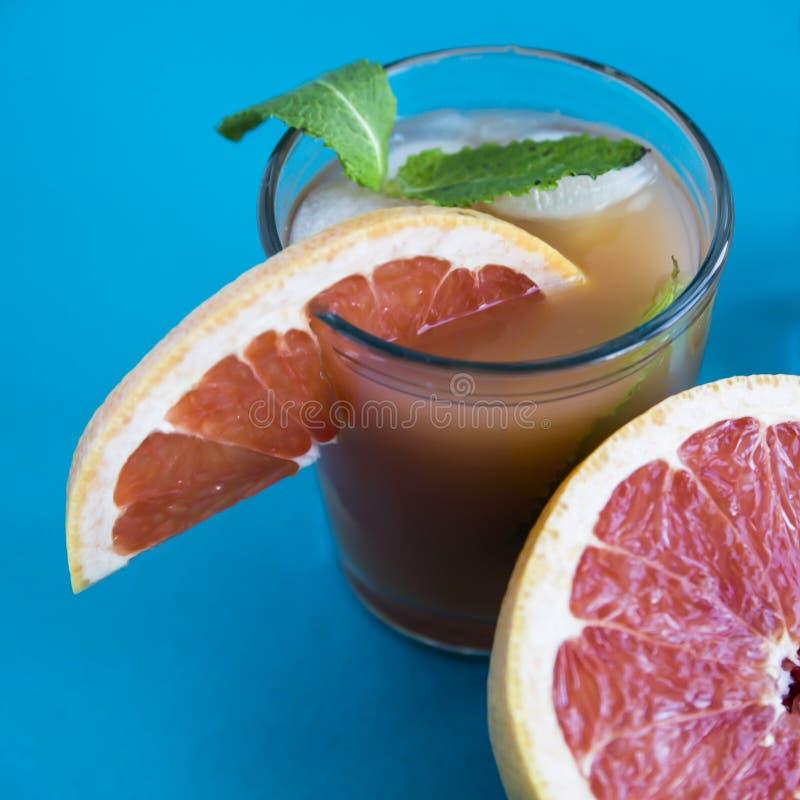 Cocktail cor-de-rosa em um fundo azul fotografia de stock royalty free