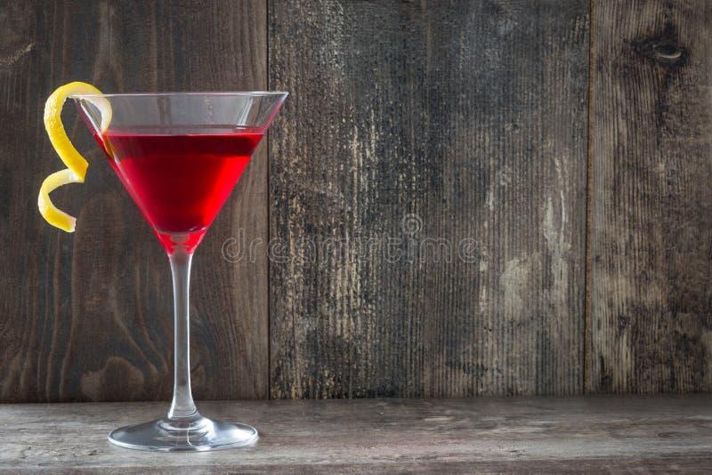 Cocktail cosmopolitas na madeira rústica fotos de stock royalty free
