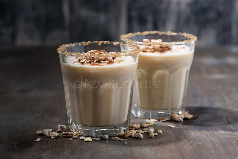 Cocktail crémeux avec le muesli sur le fond foncé, horizontal photo stock