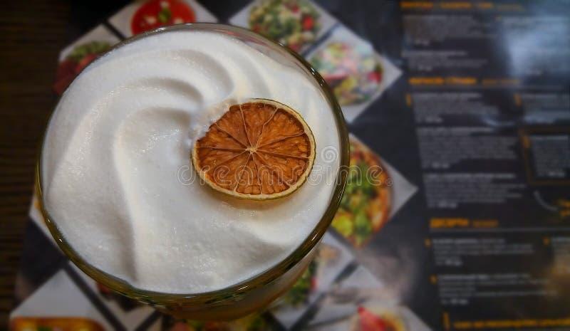 Cocktail délicieux avec de la crème et la chaux sèche dans la barre sur le fond du menu Fond pour des barres, restaurants images stock