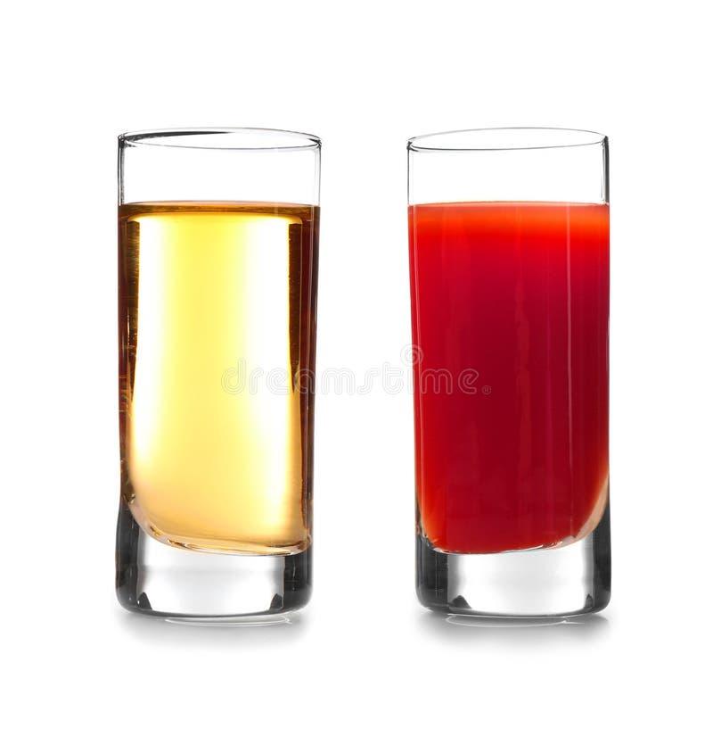 Cocktail délicieux avec la tequila dans des verres à liqueur photo stock