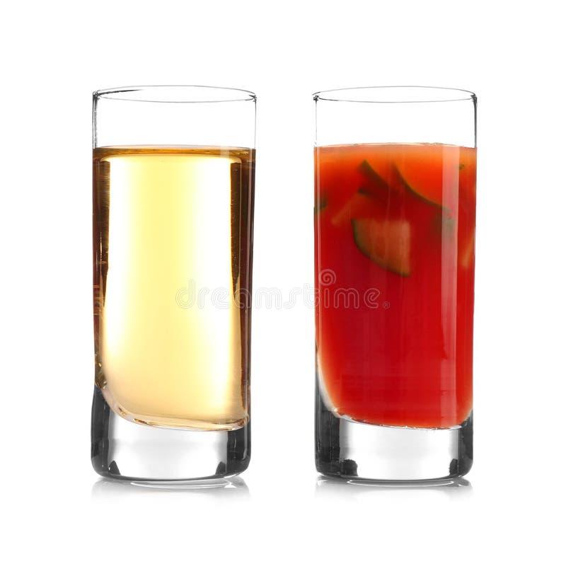 Cocktail délicieux avec la tequila dans des verres à liqueur photographie stock libre de droits