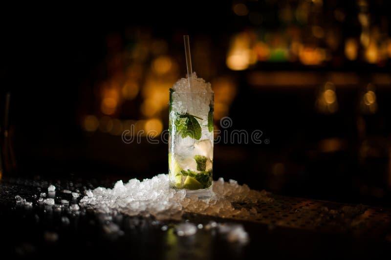 Cocktail délicieux Caipirinha se tenant sur le compteur de barre photographie stock libre de droits
