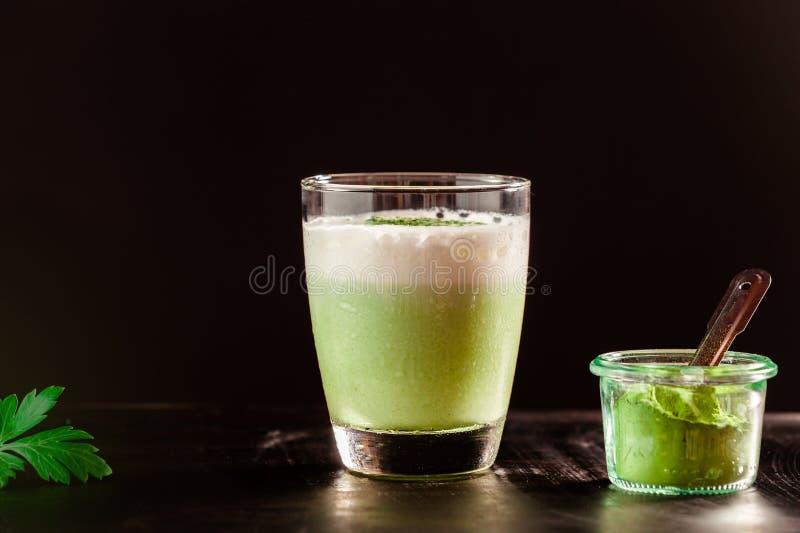 Cocktail délicieux d'été avec le thé de matcha images stock