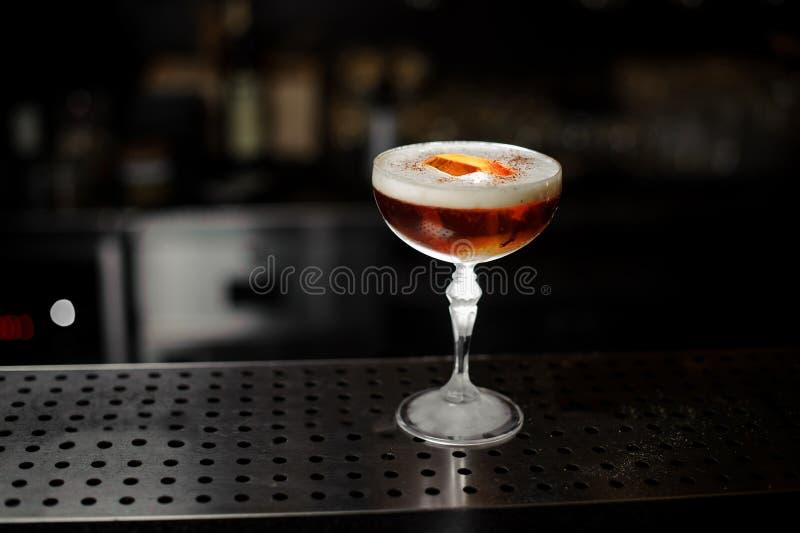 Cocktail délicieux se tenant sur le support de barre d'acier photo libre de droits