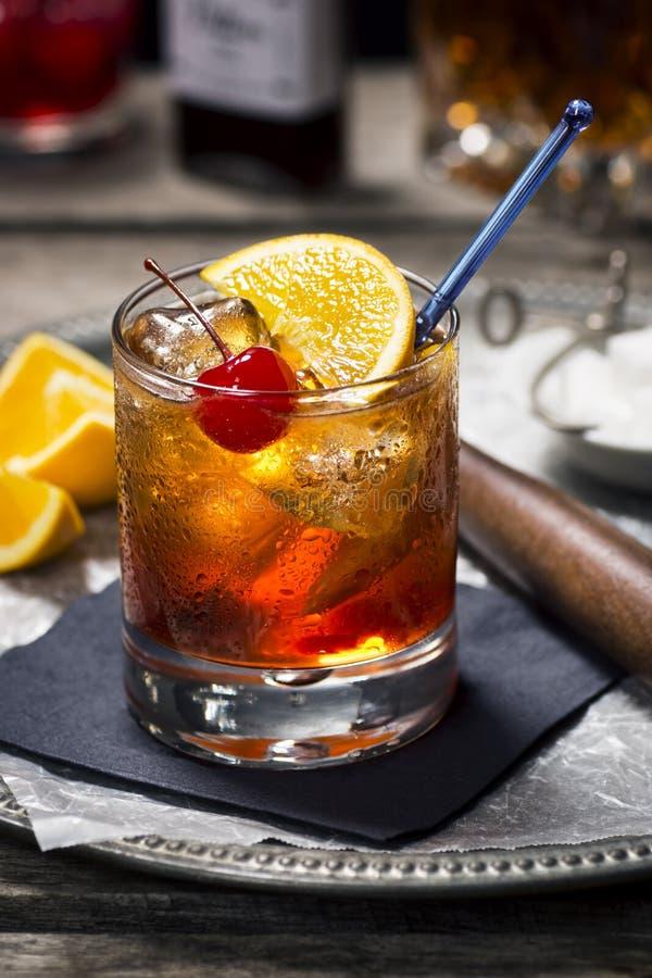 Cocktail démodé avec des ingrédients image stock