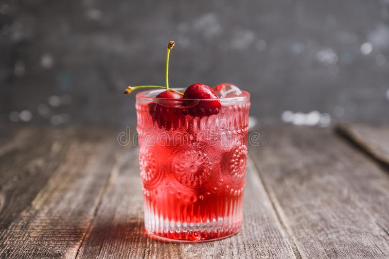 Cocktail démodé de cerise photographie stock