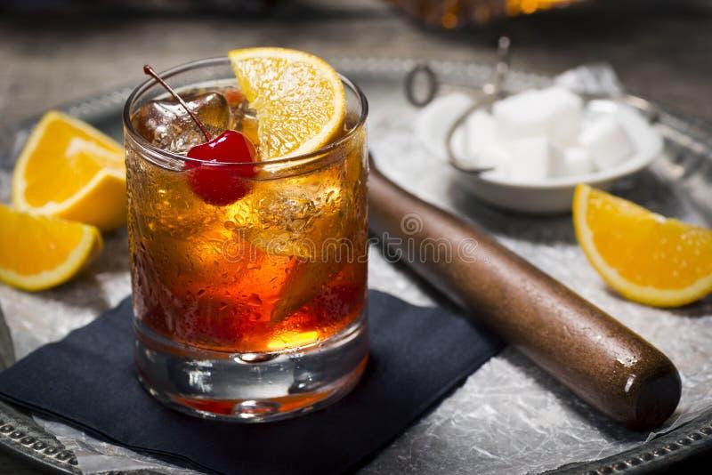Cocktail démodé sur un plateau avec des ingrédients photographie stock