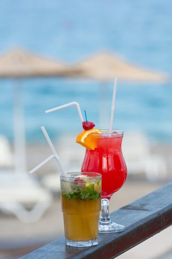 Cocktail d'été sur la plage photographie stock libre de droits