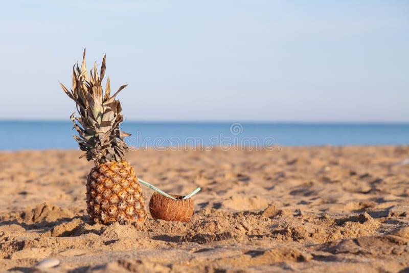 Cocktail d'ananas et de noix de coco sur l'océan de plage photos libres de droits