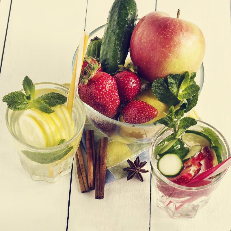 Cocktail da água da desintoxicação Legumes frescos e frutos em uma bacia de vidro Morango, maçã, pepino, limão e hortelã fotografia de stock royalty free
