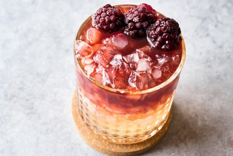 Cocktail da amora com amoras-pretas e gelo esmagado foto de stock royalty free