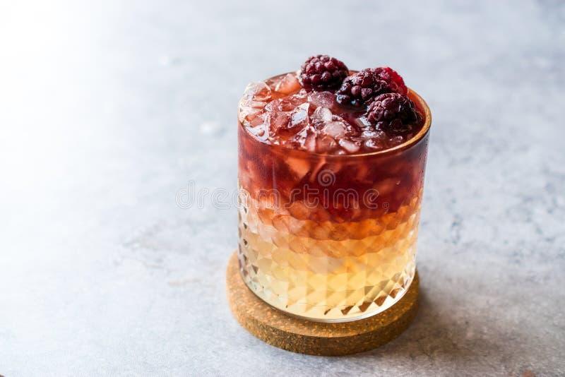 Cocktail da amora com amoras-pretas e gelo esmagado foto de stock