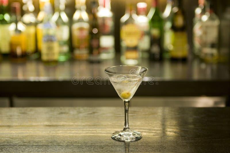 Cocktail da bebida de Martini em uma barra imagem de stock royalty free