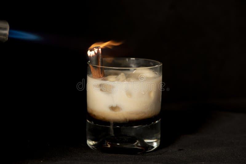 Cocktail da canela do ardor com kahlua, creme dos baileys e o sambuca irlandeses imagens de stock