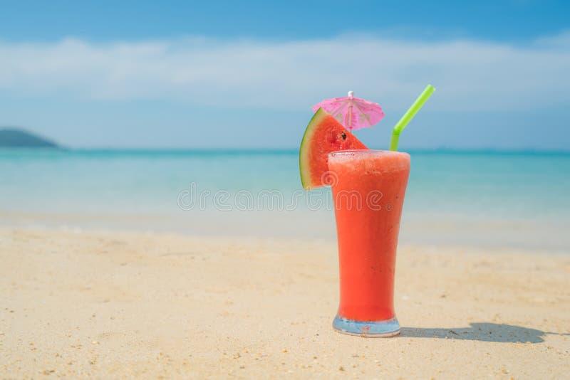 Cocktail da melancia na praia tropical azul do ver?o em Phuket, Tail?ndia Conceito do ver?o, das f?rias, do curso e do feriado foto de stock