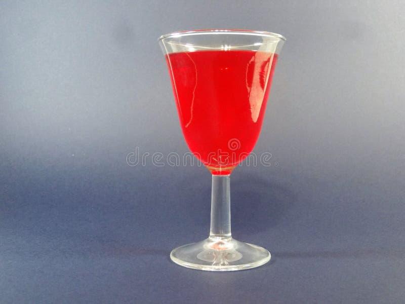 Download Cocktail Da Morango Em Um Copo Em Um Blackground Azul Imagem de Stock - Imagem de sabores, coberto: 107528815