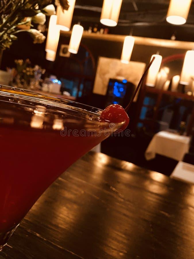 cocktail dans un bar sucré photos stock