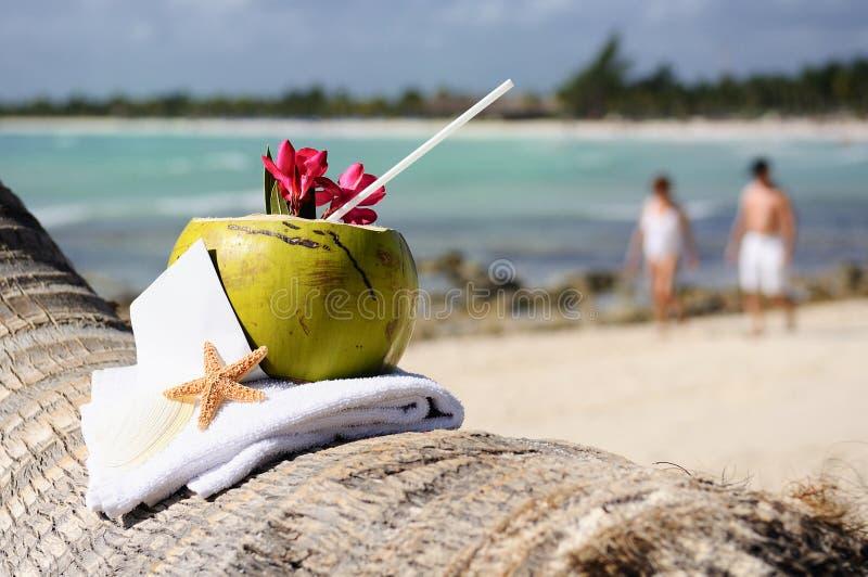 Cocktail das caraíbas dos cocos da praia do paraíso foto de stock