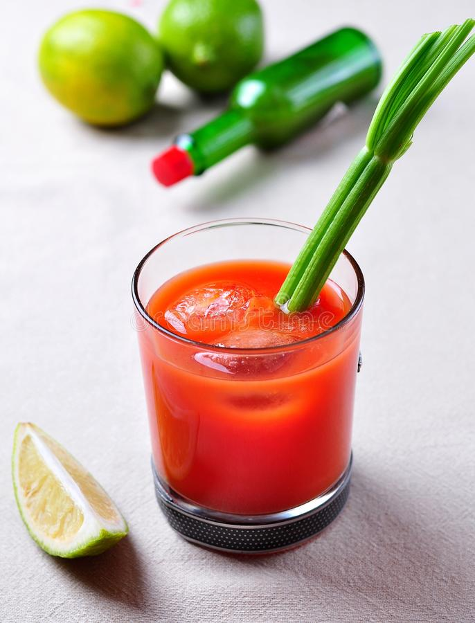 Cocktail de bloody mary avec le céleri, le Tabasco, le poivre, le sel de mer et la sauce Worcestershire photo stock