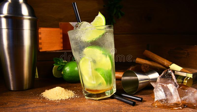 Cocktail de Caipirinha avec des cigares photos stock
