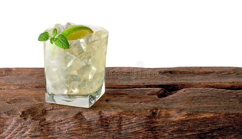 Cocktail de Caipirinha com cal no vidro foto de stock