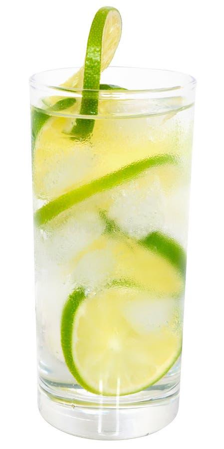 Cocktail de Caipirinha com cubos de gelo em um vidro de highball isolado foto de stock