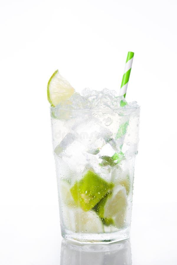 Cocktail de Caipirinha no vidro no fundo branco imagem de stock