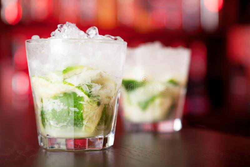Cocktail de Caipirinha sur une barre images stock