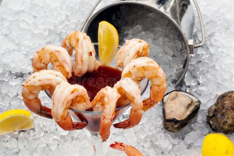 Cocktail de camarão no gelo foto de stock royalty free