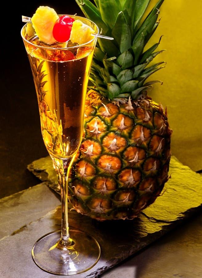 cocktail de champagne avec la cerise et l 39 ananas image stock image du fonc objet 55153663. Black Bedroom Furniture Sets. Home Design Ideas